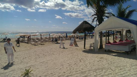 Hotel Mimi del Mar : Massage tables and beach lounge chairs in front of Mimi Del Mar