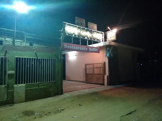 Restaurante Recantos: Entrada principal. O restaurante fica aos fundos. Main entrance. The restaurant is located in th