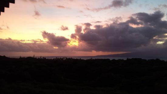 Molokai Hilltop Cottage & West End Studio: Sunrise over Maui