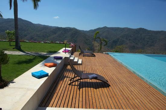 Finca Austria: pool area at Casa Colibri