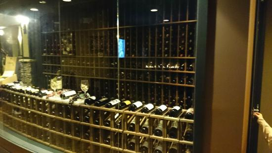 Novilhos Brazilian Steakhouse: Cava de vinos