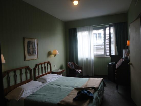Hotel Commodore Roma: Habitción oscura