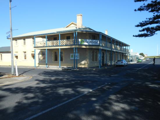 Robe Hotel: Front of hotel