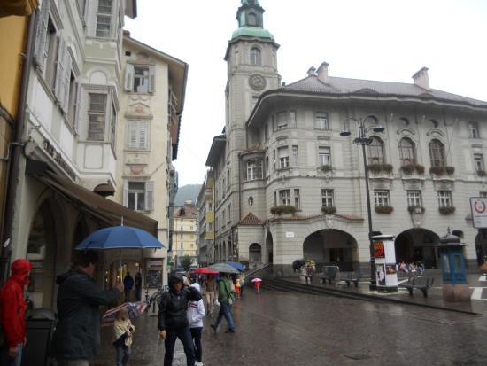 Piazza del Municipio: il palazzo in stile tipico tirolese