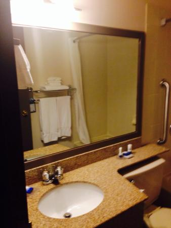 Best Western Laval-Montreal: Washroom had many complimentary treats & was clean