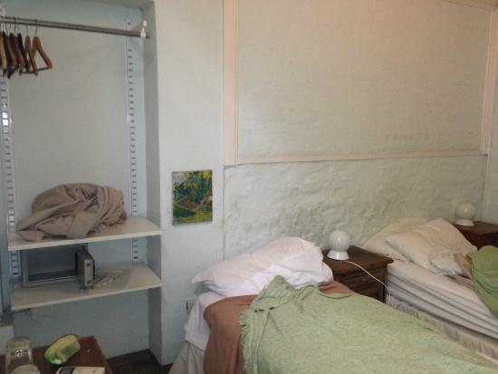 Palermo Viejo Bed & Breakfast: Quarto com duas camas, cofre