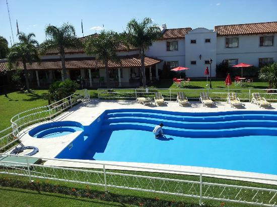 Pileta sin agua... - Picture of Garden House Hotel, Rio Cuarto ...