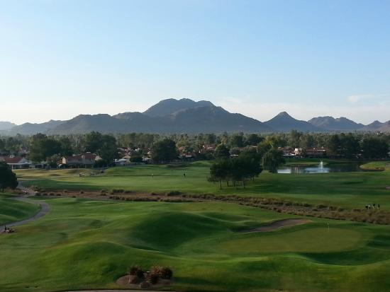Embassy Suites by Hilton Phoenix-Scottsdale: Overlooking the golf course