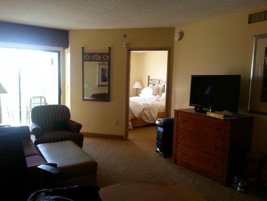 Embassy Suites by Hilton Phoenix-Scottsdale: Private bedroom with large sitting area