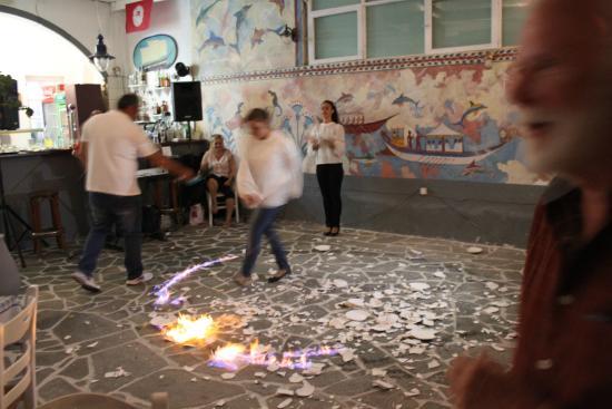 Boathouse Taverna: dancers