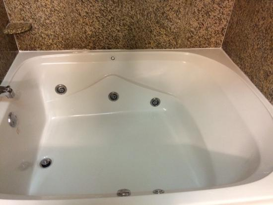 Comfort Suites DFW N/Grapevine: two full size people tub!