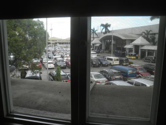 DG Budget Hotel Naia : 客室の窓からは免税店駐車場ビュー