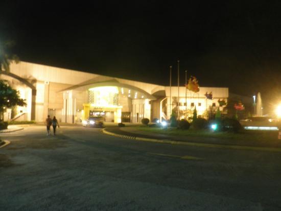 DG Budget Hotel Naia : 裏にある免税店