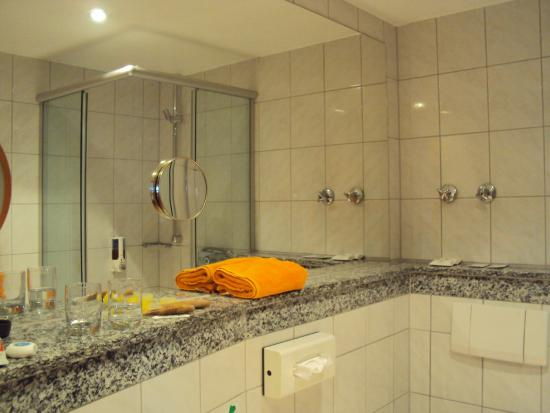 Parkhotel : Bathroom of good size