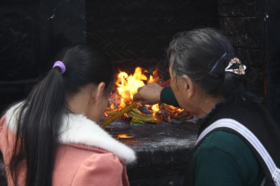 Kunming Golden Temple: A family offering incense.