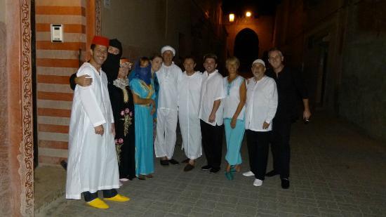 Riad Spa Sindibad: Devant le riad pour notre soirée Maroccaine