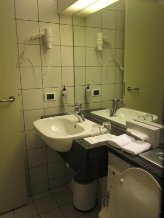 Icelandair Hotel Reykjavik Natura: New Wing - Shower