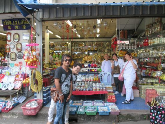 Nong Khai, Thailand: ร้านนี้ ขาย เครื่องกระเบื้อง สารพัด เน้น กาน้ำชา เซรามิค