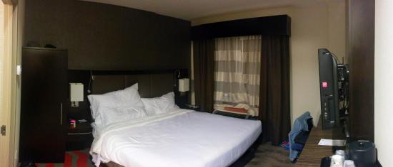 Holiday Inn NYC - Lower East Side : Room with king size bed.