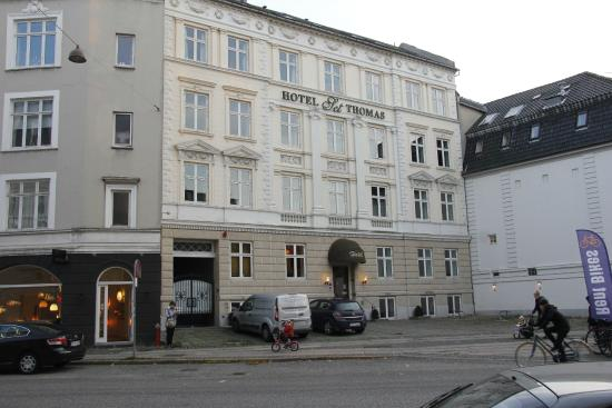 Hotel Sct. Thomas : from the street