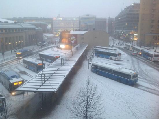 Holiday Inn Helsinki City Centre: Utsikt ut fra rom og ned på flybuss stopp!