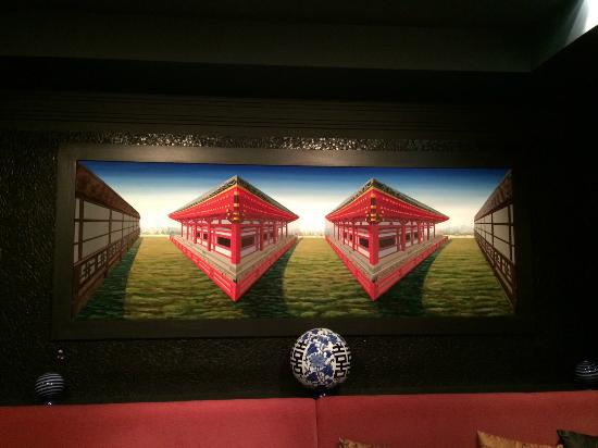 Minako at the Met Restaurant and Bar: Perspective art was highlight not the service