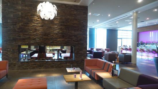 Hotel Lumen: Prachtige ruime entree met bar