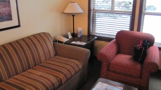 Coast Blackcomb Suites at Whistler : Sala conjugada com quarto