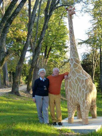 Saint-Victor-des-Oules, France : Véronique et Jean-Louis devant la girafe Victorine de Charlotte Poulsen