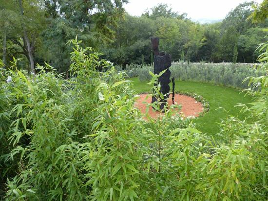 Saint-Victor-des-Oules, France : Sculpture monumentale de Michel Wohlfahrt dans le labyrinthe