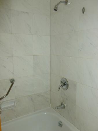 Golden Crown China Hotel: Bath
