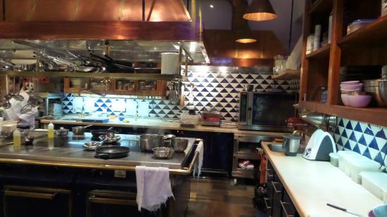 Ca's Xorc Restaurante: Einsehbare Küche - sehr schick und sauebr