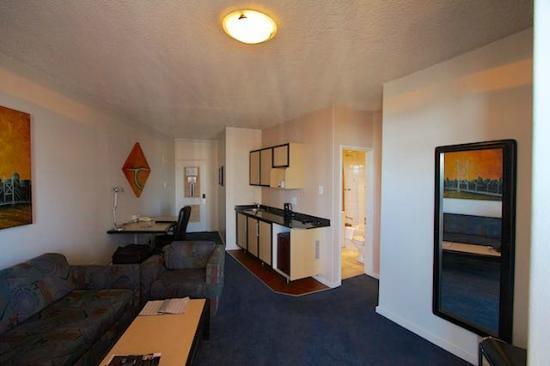 Protea Hotel by Marriott Johannesburg Parktonian All-Suite: Salong m/kjøkkenkrok