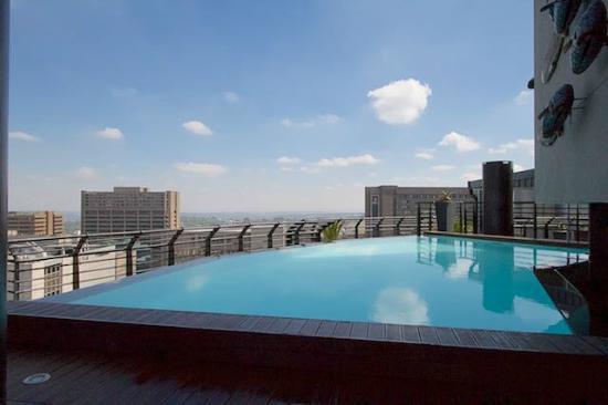 Protea Hotel by Marriott Johannesburg Parktonian All-Suite: Svømmebasseng på takterassen