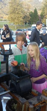 Rileys at Los Rios Rancho: Pressing apples