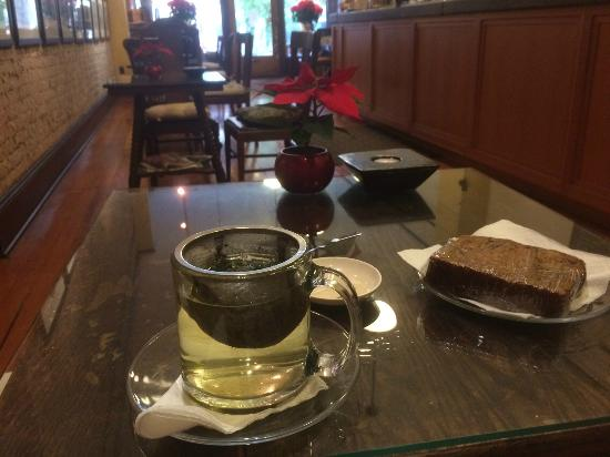 Panama Hotel : Breakfast at TeaHouse: Oolong Greeen Tea with Honey Bread