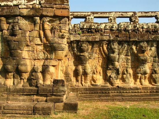 Angkor thom terrasse des el phants bas reliefs photo for Terrace of the elephants