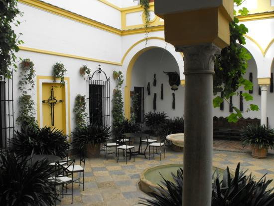 Claustro picture of hotel cortijo el esparragal gerena for Jm jardin de la reina