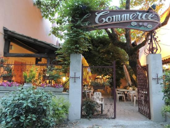 Hotel Le Commerce: Entrada al hotel y terraza