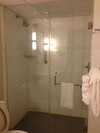 Crowne Plaza Charleston Airport Convention Center: Shower