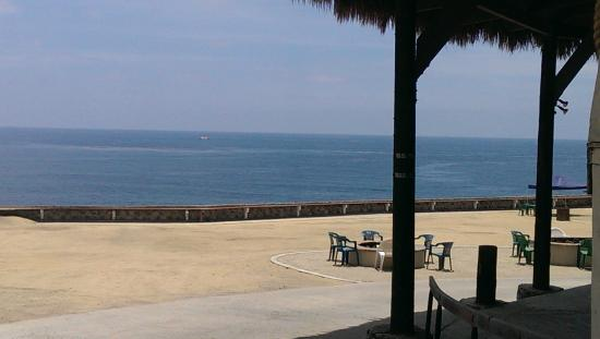Paradise Cove Tiki Bar: View from the outdoor seating area to the ocean