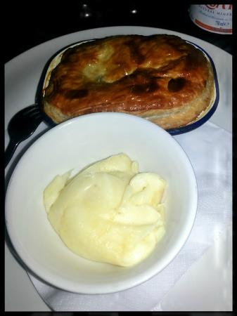 Marquis of Westminster: chicken and mushrooms pie servita con purè di patate