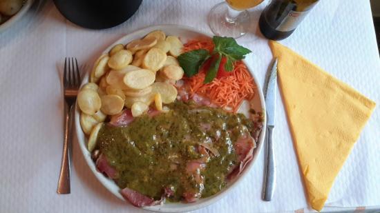 Aqui Del Rei: Bife à del Rey (filete de buey con una capa de queso y otra capa de jamón, acompañado con una sa