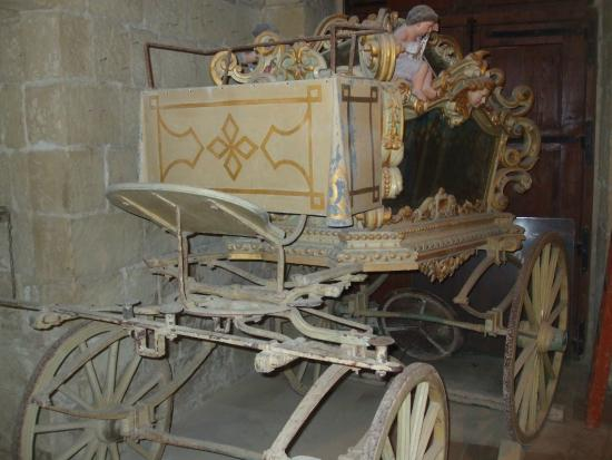 Gharb Folklore Museum: the wagon for the death.