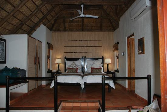 Three Cities Madikwe River Lodge: Blick in den Bungalow