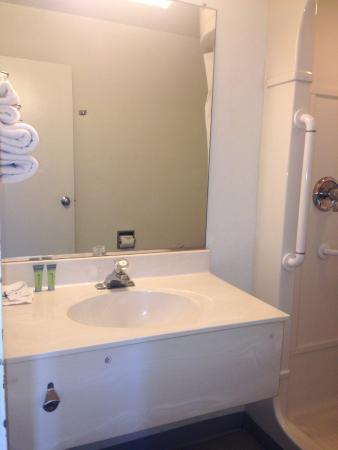 Americas Best Value Inn - Blue Springs / Kansas City : Bathroom