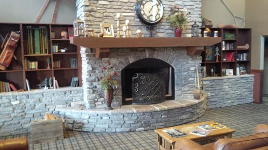 Red Lion Hotel Kalispell: Fireplace in the entrance