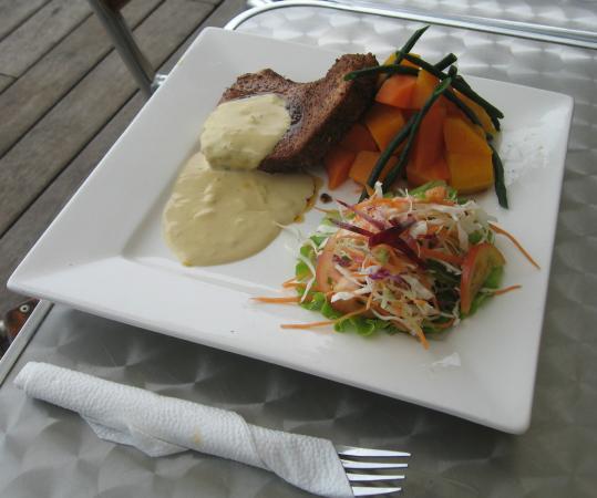 Captain's Cafe: Black 'n Bleu tuna dinner