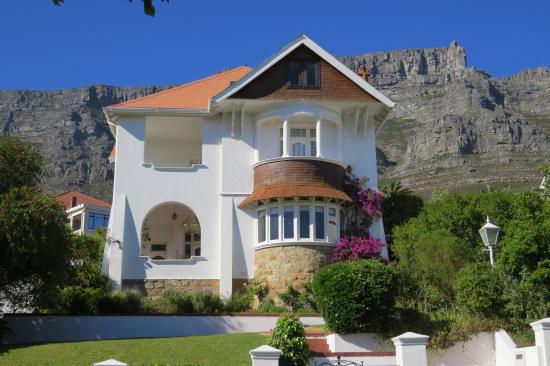 Abbey Manor Luxury Guesthouse: Table Mountain Backdrop