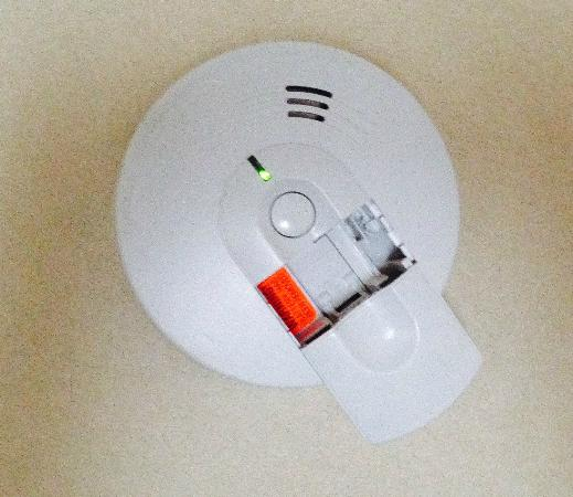 Quality Suites Downtown : Smoke Alarm MINUS the Battery!